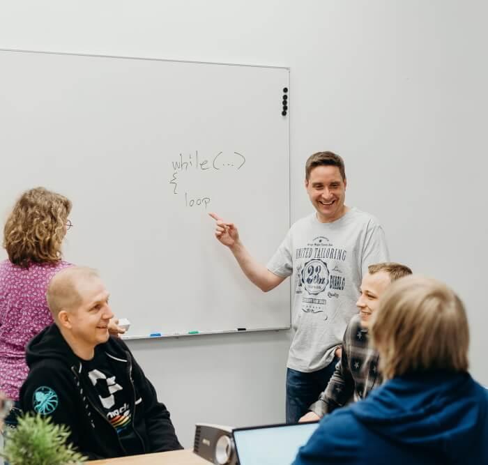 Sulautettujen järjestelmien lead Pasi Schukov esittää tiimille kuvaa taululta